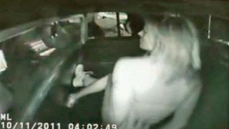 GOTCHA: Holdsworth fikk påsatt håndjern og ble deretter satt i politibilen. (Foto: APTN)