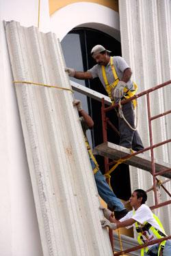 Vinduene i et kjøpesenter i Quintana Roo beskyttes med plater. (Foto: Reuters)