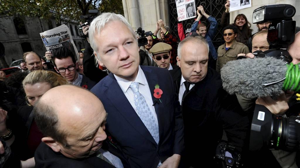 TAPTE I BRITISK DOMSTOL: Julian Assange risikerer å bli utlevert  til Sverige, hvor han er anklaget for voldtekt og seksuell trakassering.  Selv mener Wikileaks-grunnleggeren at anklagene mot ham er politisk motivert  og han frykter å bli utlevert til USA. (Foto: PAUL HACKETT/Reuters)