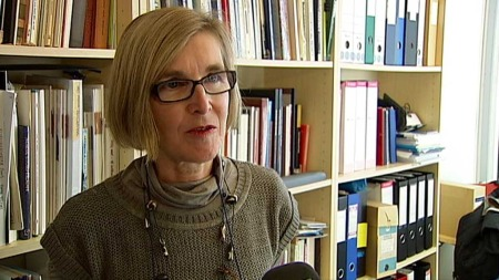 TVILER: Forsker Unni Kjærnes ved Statens institutt for forbruksforskning (SIFO) har ikke tro på at gresshopper blir en hit på norske middagsbord. (Foto: TV 2)