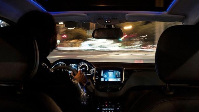 Peugeot 207 får et pent interiør - der du både får en stor touch-skjerm og kan bestilles panoramatak med stemningsbelysning i blått.