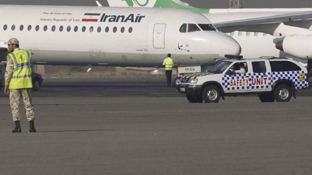 Nær katastrofe: Et fly fra Iran Air med med til sammen 113 passasjerer måtte lande uten nesehjul på Mehrabad flyplass. Nå straffes piloten med flyforbud til tross for heltestatus. (Foto: MORTEZA NIKOUBAZL/Reuters)