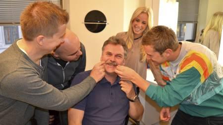 Bartekongen: Harald Bredeli (midten) er det store Movember-forbildet   for kollegene Kasper Wikestad ( fra venstre), Thomas Aune, Movember-ambassadør   Thea Olsen og Mathias Skarpaas (Foto: Pål Magnus Tømmervold/)