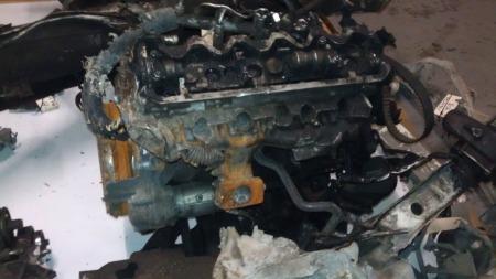 MOTOREN: Dette er restene av motoren i varebilen. (Foto: Politiet)