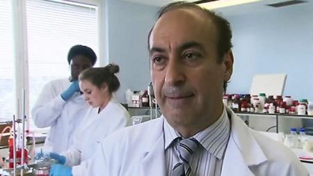 AMBISIØS: Professor Alex Seifalian har som mål å dyrke frem mer komplekse organer. (Foto: CBS)