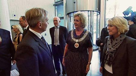 ÅPNING: Bergens nye ordfører Trude Drevland (H) tok sammen med byrådsleder Monica Mæland, i mot statsråd Knut Storberget da Gulating lagmannsrett åpnet onsdag.  (Foto: TV 2)