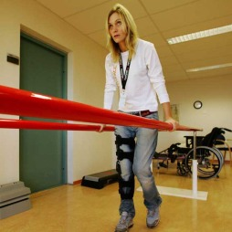 Karina klarte, mot alle odds, å trene seg opp igjen til å klare å gå. Fra boka «Den vidunderlige følelsen av frykt»