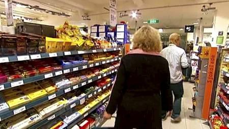 FRISTELSER: - Sukkertøy og sjokolade spaserer vi gladlig forbi, sier Ragnhild Groven. Hun har gått ned hele 12 kilo ved hjelp av hypnose. (Foto: Frode Sunde/TV 2/)