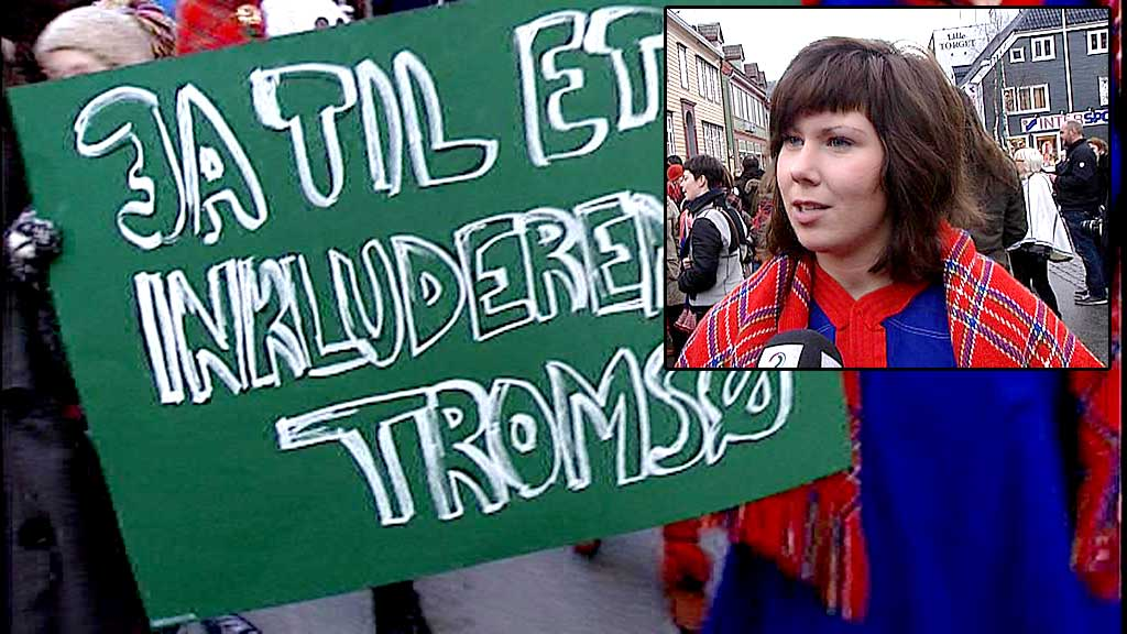 VRENGT: Anette Seljevold har vrengt Tromsø-kofta si i protest mot Tromsø kommunes snuoperasjon i saken om å gjøre samisk likestilt med norsk.  (Foto: Jørn Berger-Nyvoll/TV 2)