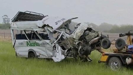 Slik så bussen til skolelaget ut etter kollisjonen. I denne ulykken omkom også sjåføren. (Foto: Ap)