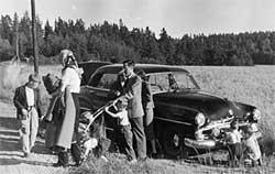 AGENT PÅ PIKNIK: Dette tilsynelatende idylliske familiebildet   fra Colbys tid som CIA-agent i Stockholm har sønnen Carl kalt «Colby   family having picnic (passing a radio to someone)». (Foto: Fra dokumentaren   «The Man Nobody Knew» )
