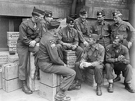 William Colby (i midten) poserer for fotografen med andre medlemmer   av OSS-teamet «Jedburgh». (Foto: Fra dokumentaren «The Man Nobody Knew»   )
