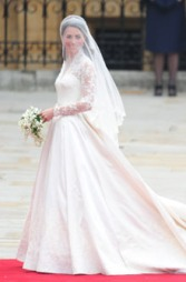 VAKKER BRUD: Kate Middleton valgte Sarah Burton for Alexander McQueen som designer for brudekjolen sin.