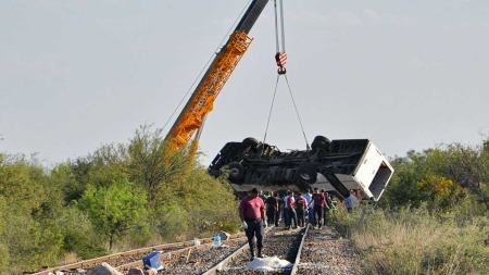Bussen ble skjøvet 300 meter før den endelig stoppet. Opplevelsen må ha vært traumatisk for jentene om bord. (Foto: Scanpix)
