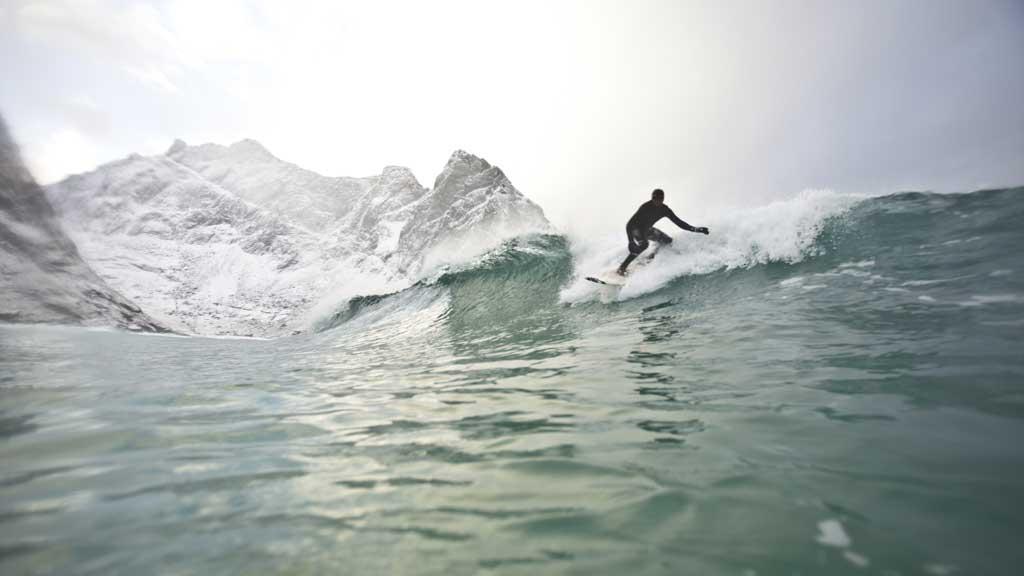 Jørn N. Ranum og Inge Wegge trosser den tøffe vinteren i Nord-Norge  gjør det de liker best: surfer. (Foto: Jørn N. Ranum og Inge Wegge )