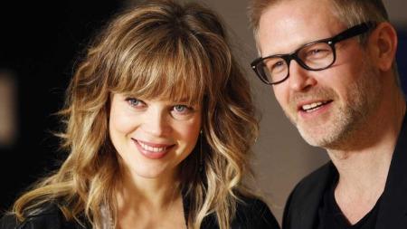Skuespillerne Trond Espen Seim og Ane Dahl Torp under pressevisningen til filmen «I mørket er alle ulver grå». (Foto: Lise Åserud)
