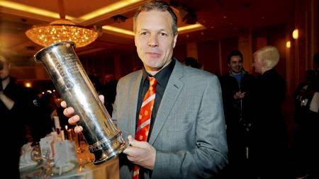 Aalesunds trener Kjetil Rekdal med den store kongepokalen under banketten i regi av NFF etter cupfinalen 2011 der Aafk slo Brann 1-2. (Foto: Ekornesvåg, Svein Ove/NTB scanpix)