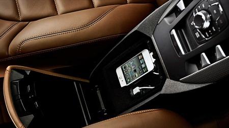 Bilen får naturligvis alle muligheter til tilkobling av iPoder og andre kilder til underholdning og kommunikasjon. Midtkonsollen sluker i tillegg hele 13 liter bagasje, og rommer en hel halvannenliters brusflaske i det avkjølte rommet.