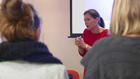 Live Landmark holder foredrag for ME-syke. (Foto: TV 2)
