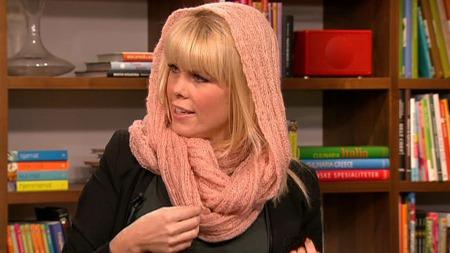Marianne Jemtegård viser skjerfmote