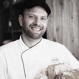 Tom Victor Gausdal driver restauranten Strand og er også kjent som dommer i programmet «Master chef» (Foto: Espen Grønli)