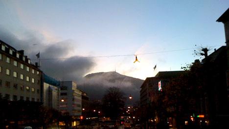 Tåken var allerede på vei inn over Bergen klokken åtte tirsdag morgen. (Foto: Ingrid Toppe)