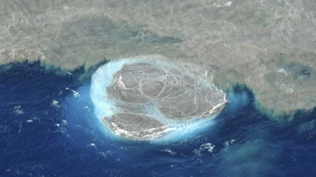 NY KANARIØY?: Her dannes det som etter hvert kan bli en ny øy i øygruppa. (Foto: Ap)