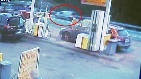 PÅ VEI MOT OSLO: Fiaten som Breivik disponerte er filmet av overvåkingskameraet til Shell på Espa. (Foto: Politiet)