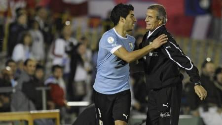 FESTSTEMT SUÁREZ: Uruguays landslagssjef Washington Tabarez kunne takke Luis Suárez for seieren mot Chile. Liverpool-spissen scoret like greit alle fire målene i kampen. (Foto: DANIEL CASELLI/Afp)