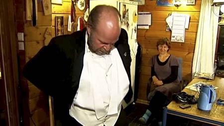 STUDENTDRESSEN: Ole Johannes prøver dressen han kjøpte da han var student. Nå har buksen faktisk blitt for stor. (Foto: Jan Eivind Bertelsen/TV 2/)