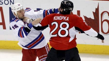 Sean Avery og Zenon Konopka (Foto: BLAIR GABLE/Reuters)