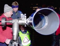Axel Kolstad (5 1/2 år) speider etter stjerneskudd under Astrofestivalen i 2001. (Foto: Thomas Bjørnflaten / SCANPIX)