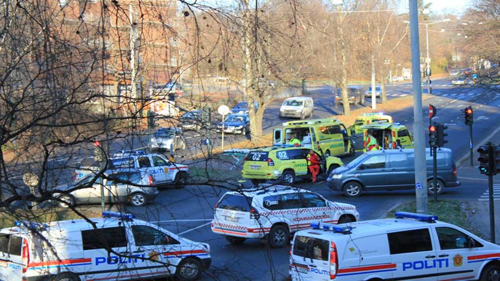 AMBULANSE KOLLIDERTE: En ambulanse skal ha kollidert med en personbil i Oslo. (Foto: TV 2)