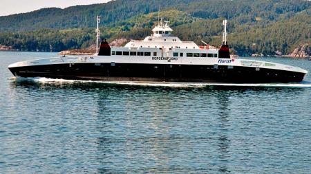 INGEN   FULLSKALA ØVINGAR: Fjord1 har aldri hatt ei fullskala øving på gassferjene   sine mellom Halhjem -Sandvikvåg og Arsvågen-Mortavika. Årleg fraktar   dei over to millionar bilar og nærare fem millionar passasjerar. Det   er i tråd med reglane til Sjøfartsdirektoratet.. Her er MF «Bergensfjord»   fotografert på veg til Sandvikvåg. (Foto: Yngve Garen Svardal, ©Yngve   Garen Svardal)