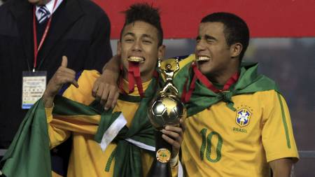 Neymar da Silva og Lucas Rodrigues feirer triumfen i det søramerikanske U20-mesterskapet i Arequipa, Peru 12. februar. (Foto: Martin Mejia/Ap)