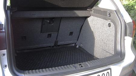 Dypt bagasjerom med rette vegger - her er det lett å utnytte plassen. Stort pluss for at baksetet kan skyves i lengderetningen, det gjør bagasjerommet langt mer fleksibelt.