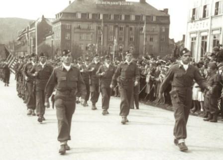 William Colby og Herbert Helgesen i første rekke under 17. maiparaden   i Trondheim. (Foto: Flickr/Creative Commons )