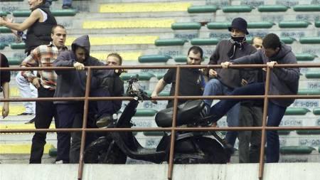 IKKE KJØREDYKTIG: Denne scooteren valgte Inter-fans å kaste ut på banen under en kamp mot Atalanta i 2001. (Foto: AP Photo/AP)