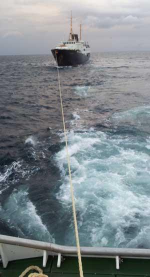 FIKK ASSISTANSE: Her slepes Nordstjernen av redningsskøyta Emma Dyvik etter at hurtigruteskipet fikk motorproblemer tirsdag morgen. (Foto: Redningsselskapet)