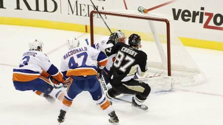 Sidney Crosby scoret to mål i comebacket. Her setter han inn 1-0-scoringen tidlig i første periode. (Foto: Jared Wickerham/Afp)