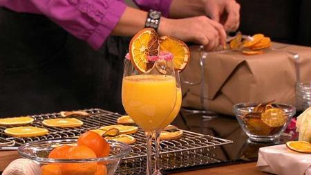Tørkede appelsiner kan brukes til så mangt. Signe Tynning og Ane Nyrerød er i det kreative hjørnet og lager pynt og snaks av sitrusfrukter.  (Foto: God morgen Norge)