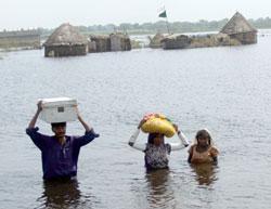 En pakistansk familie forlater hjemmene sine under flommen i   september. (Foto: Ap)