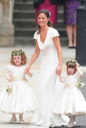 VIL DU HA DENNE? Alexander McQueen-huset har laget en tro kopi   av Pippa Middletons legendariske bryllupskjole.