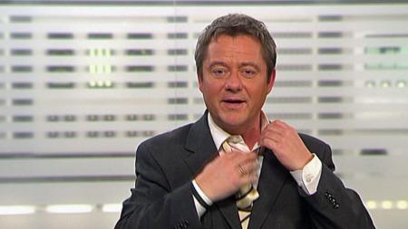 PUUUH:   Morten Sandøy klarte knapt å vente med å løpe ut i Bergensnatten for   å kjøle seg ned. (Foto: TV 2 Nyhetene)
