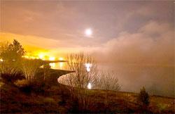 Ved midnatt er det fortsatt bare flekker med tåke, og månen skinner klart. (Foto: Terje Nesthus)