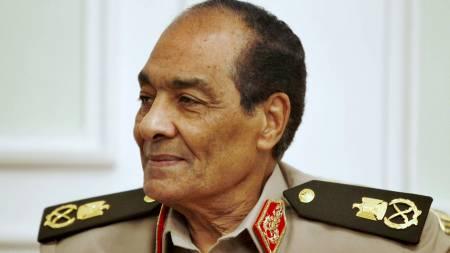 GODTAR AVSKJED: Leder av Egypts militærråd, Hussein al-Tantawi, innvilger overgangsregjeringens avgang. (Foto: POOL/Reuters)
