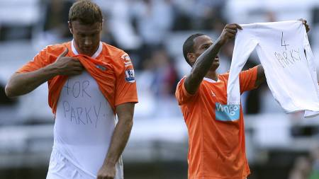 Blackpool-spillerne hedrer Gary Parkinson. (Foto: John Walton/Pa Photos)