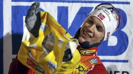 I GUL TRØYE: Magnus Krog kunne ta på seg den gule ledertrøyen etter å ha vunnet verdenscuprennet i kombinert i Kuusamo fredag. (Foto: HEIKKI SAUKKOMAA/Afp)