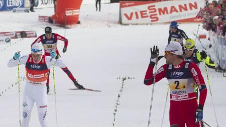 Svenske Calle Halfvarsson (i hvit drakt) er syk og kan ikke være med Petter Northug og co. i Tour de Ski. (Foto: Bendiksby, Terje/Scanpix)