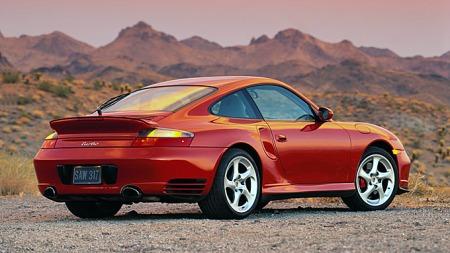 Noe overraskende at en lavvolum-produsent som Porsche hevder seg, kanskje, men forholdsvis lange serier og høy pris bidrar til å plassere 911 - her en Turbo fra 2002 - på lista.